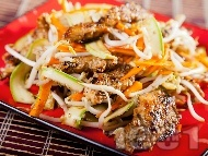Зеленчукова салата с пилешко месо, тиквички, сусам и кълнове